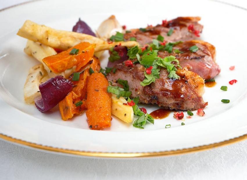 Filets de canard grillé, vinaigrette tiède au vinaigre balsamique et à la coriandre