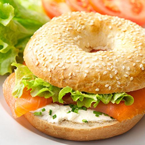 Burger au saumon fumé et fromage frais