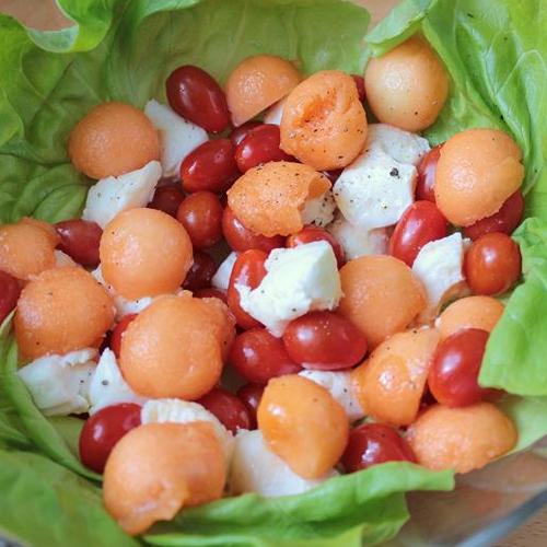 Salade de billes de melon, tomates cerises et mozzarella