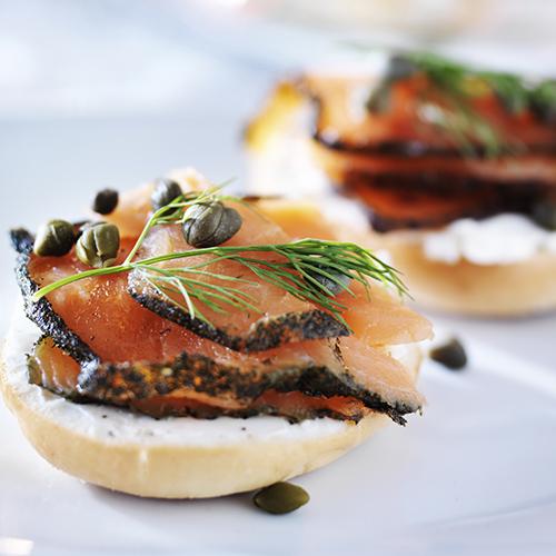 Tartine de fromage frais à la ciboulette et minute de saumon grillé