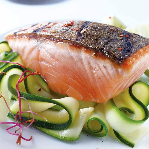 Pavé de saumon mi-cuit et ses tagliatelles de courgettes