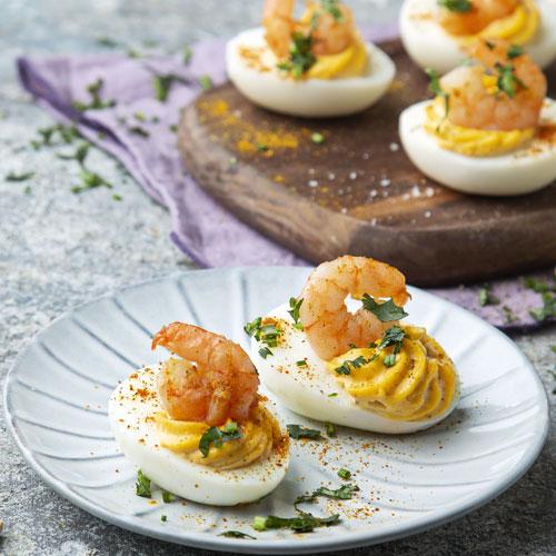 Ovos recheados com caril e camarão