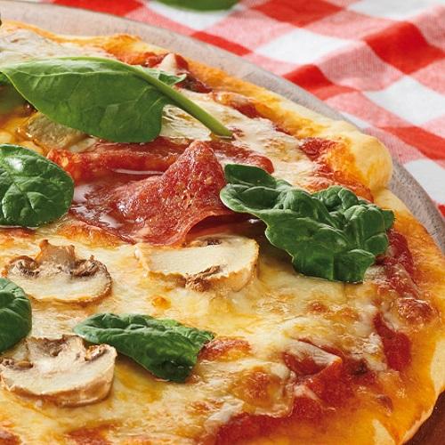 Pizza aberta, mozarela, cogumelos e espinafres